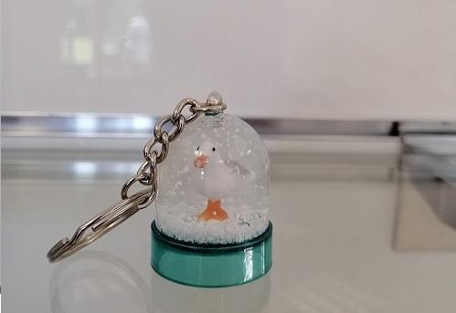 17 - Porte clé boule à neige Mouette bleu